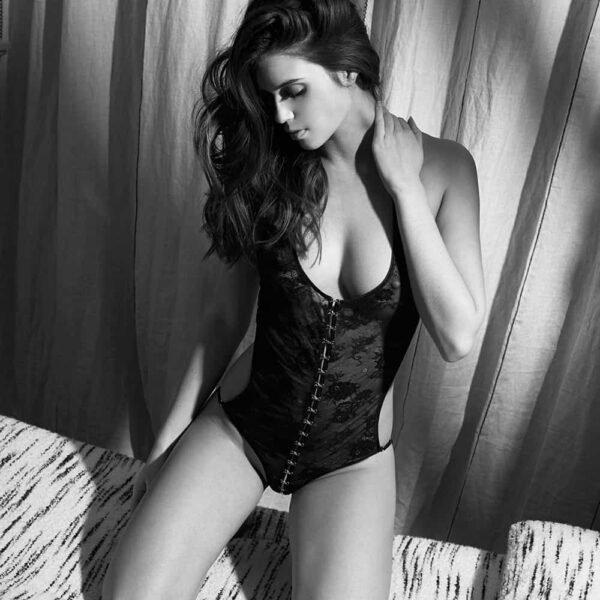 Guet Apens halter bodysuit en encaje negro desmontable por Atelier Amour