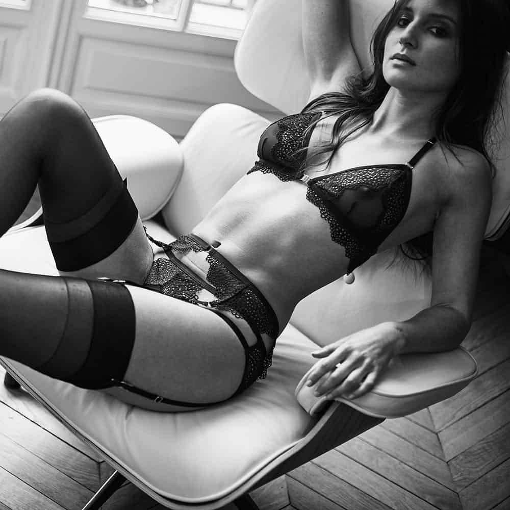 Sexy conjunto Nommee Désir con sujetador de triángulo de apertura frontal, liguero y bragas abiertas de elástico y encaje, firmado por Atelier Amour en Brigade Mondaine