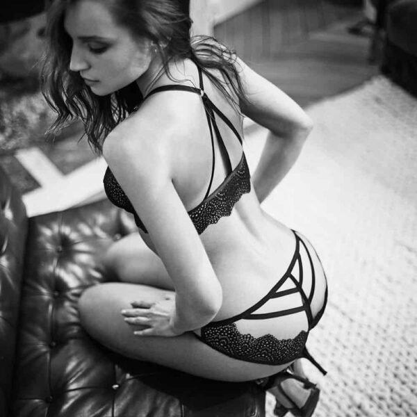 Ensemble de la gamme Nommee Désir avec soutien-gorge ouvert à l'avant et culotte ouverte en élastique et dentelle noir par Atelier Amour chez Brigade Mondaine