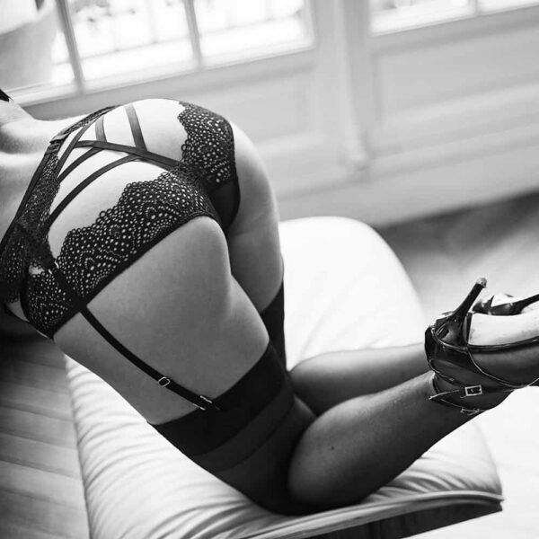 Ensemble sexy Nommee Désir avec soutien-gorge triangle à ouverture à l'avant, porte jarretelles et culotte ouverte en élastiques et dentelle, signé par Atelier Amour chez Brigade Mondaine