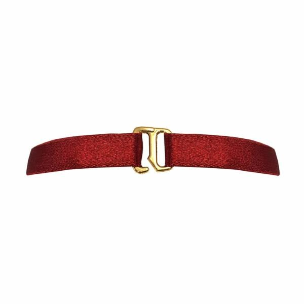 Collar en elástico de satén rojo con una pieza de metal de oro que representa un entrelazado d' anillos en su centro, Bordelle Signature en Brigade Mondaine