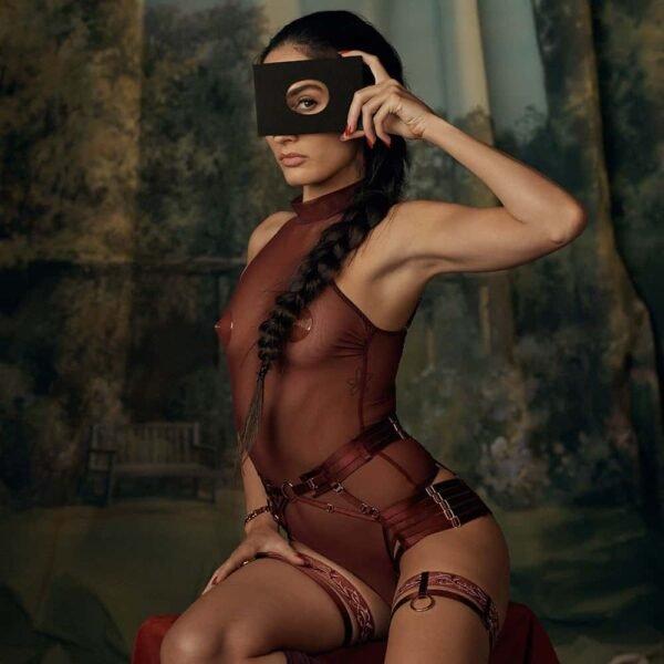 Набор белья красного бордового цвета с прозрачным сетчатым корпусом, открытыми трусиками и кружевными подвязками BORDELLE на 1ТП5Т