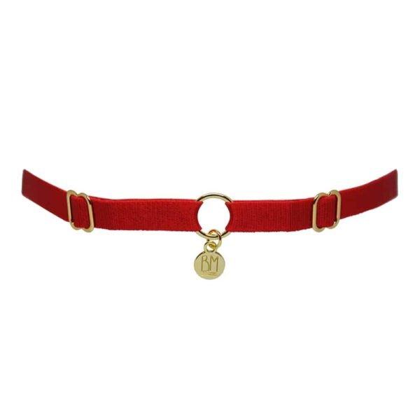 """Здесь вы можете увидеть BRIGADE MONDAINE GIFT WRAP RED. Ожерелье выполнено из красной ленты. Есть 2 детали для регулировки ленты справа и слева. В середине полоса разделена позолоченным кольцом с подвеской с надписью """"BM""""."""