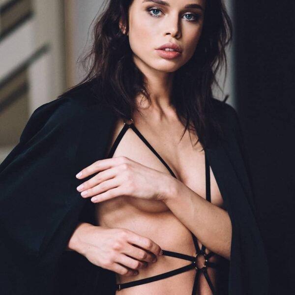 Playsuit Alexa en élastiques en velours noir et anneau doré au centre du ventre signé Couture De Nuit chez Brigade Mondaine