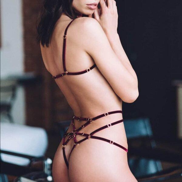 Playsuit Kate en élastiques bordeaux avec anneaux au centre des seins et sur le bas du ventre signé Couture de Nuit chez Brigade Mondaine