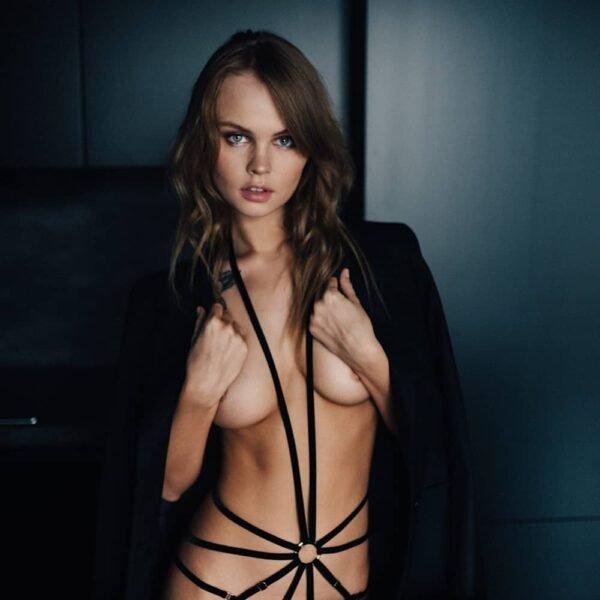 Playsuit Scarlett en élastiques noir avec attache au cou et string signé Couture de Nuit chez Brigade Mondaine