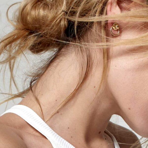 Pins en or avec petit anneau tombant effet faux téton DOMESTIQUE chez Brigade Mondaine