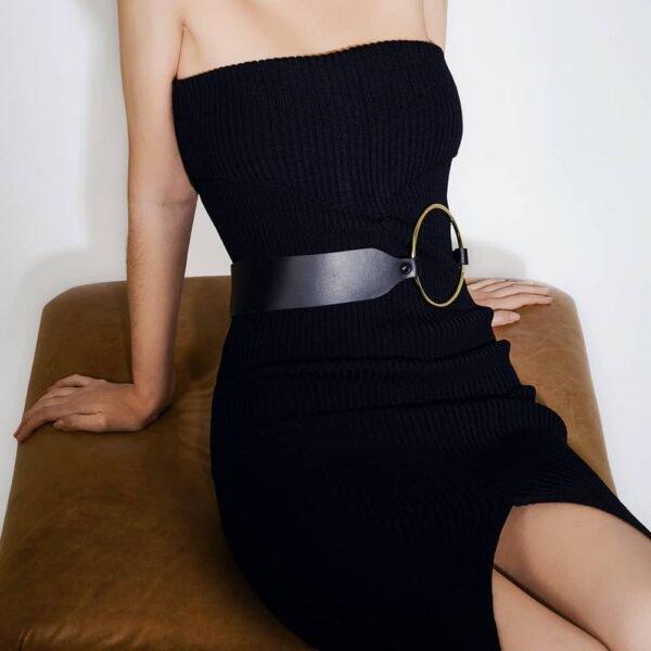 Gran cinturón de cuero negro con un gran anillo de oro en el vientre ELF ZHOU en Brigade Mondaine