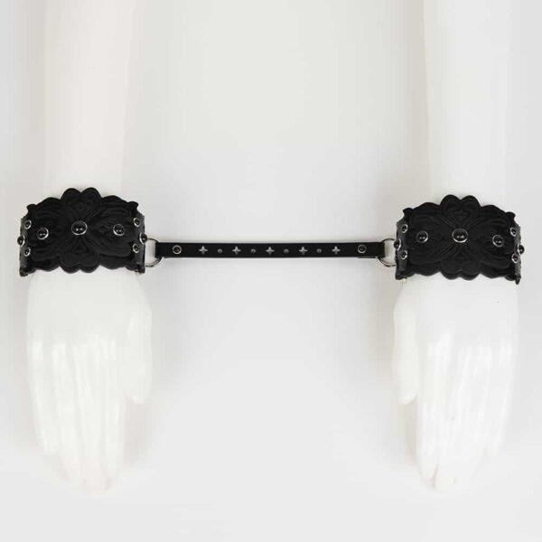 Черный лакированной кожи наручники с бисером картина и перфорированной кожи карабин ссылку с круглой и крест Оригинальный Нерона Греха по FRAULEIN KINK на Brigade Mondaine