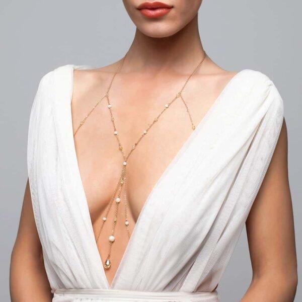 Украшение для тела с большим кулоном между грудью, украшенное жемчугом и кристаллами и блузкой FUNGI на Brigade Mondaine