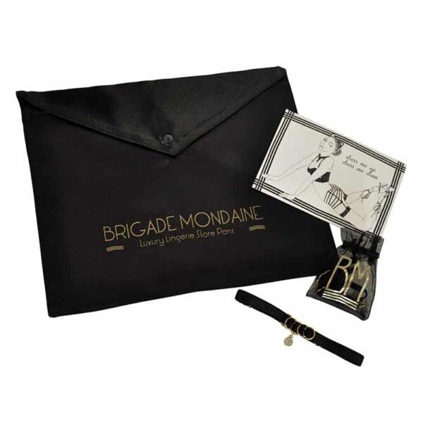 Pochette cadeaux Brigade Mondaine composé d'une enveloppe en velours embossé brigade mondaine doré, une carte, un pochon Bm et un choker BM