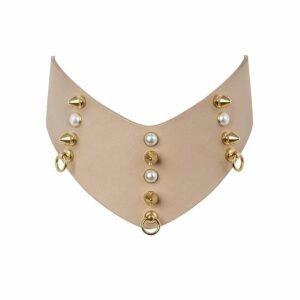 Collier chocker en cuir beige forme V avec perles et pics incrustés LUDOVICA MARTIRE chez Brigade Mondaine