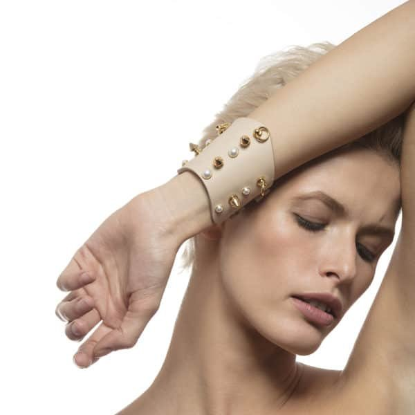 Beige leather cuff bracelet encrusted with white pearls and gold picks LUDOVICA MARTIRE chez Brigade Mondaine