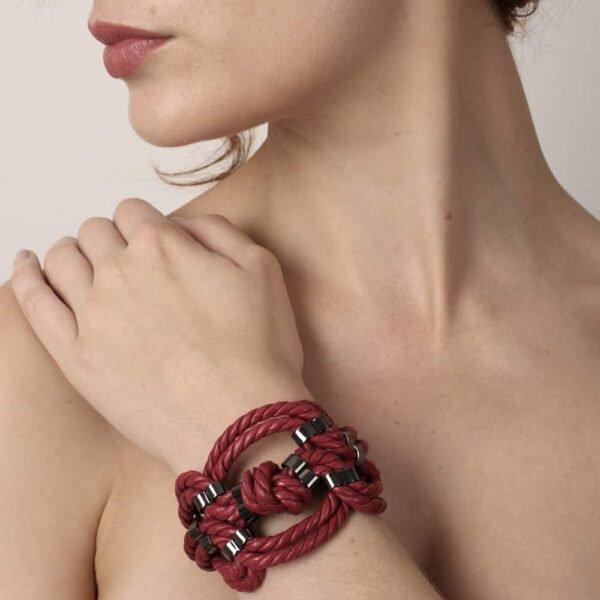 Bracelet en corde nouée Shibari bondage rouge Figure of A chez Brigade Mondaine