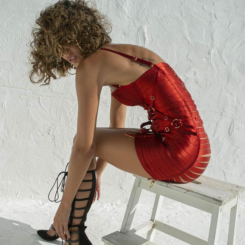 Vestido rojo totalmente hecho con elásticos, acabado en oro de 24 quilates de la colección BORDELLE BONDAGE ANGELA en BRIGADE MONDAINE
