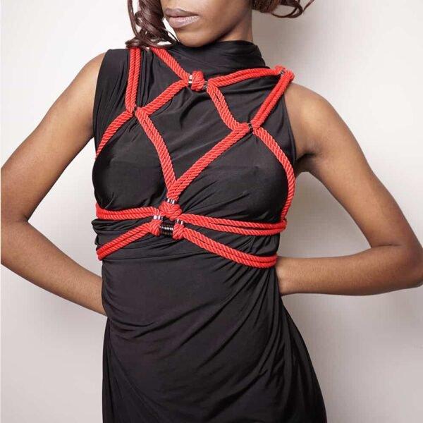 Красная бондажная веревка сибари, обвязанная вокруг груди Рисунок А в 1ТП5Т