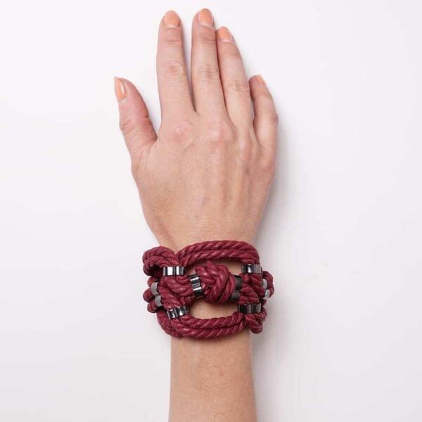 Bracelet en corde nouée shibari bondage rouge bordeaux avec détail en métal sans nickel Figure of A chez Brigade Mondaine