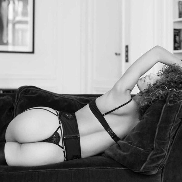 Liguero de encaje negro con cruz en el vientre Atelier Amour Colección Madame Rêve en Brigade Mondaine