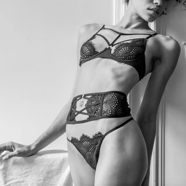 Conjunto de lencería redonda de encaje negro con tanga y sujetador semiabierto con sujetador cruzado y cinturón de ligas cruzado Atelier Amour a Brigade Mondaine