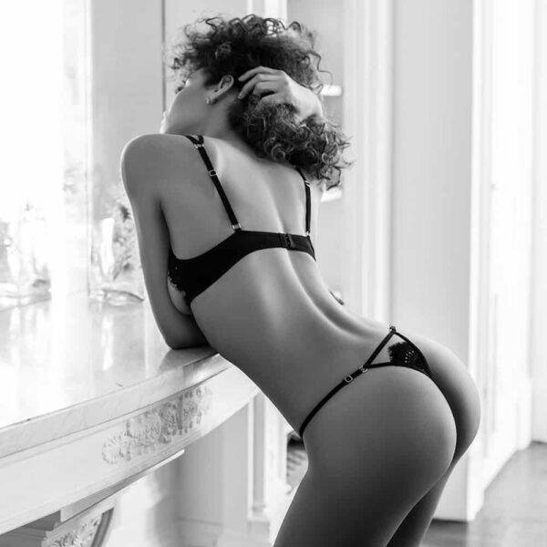 Ensemble de lingerie en dentelle noire circulaire avec g-string et soutien-gorge semi-ouvert avec croisé sur la gorge Atelier Amour chez Brigade Mondaine