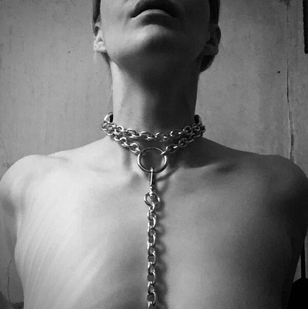 Gargantilla bdsm, collar de cuero negro y cadena con enganche de correa frontal