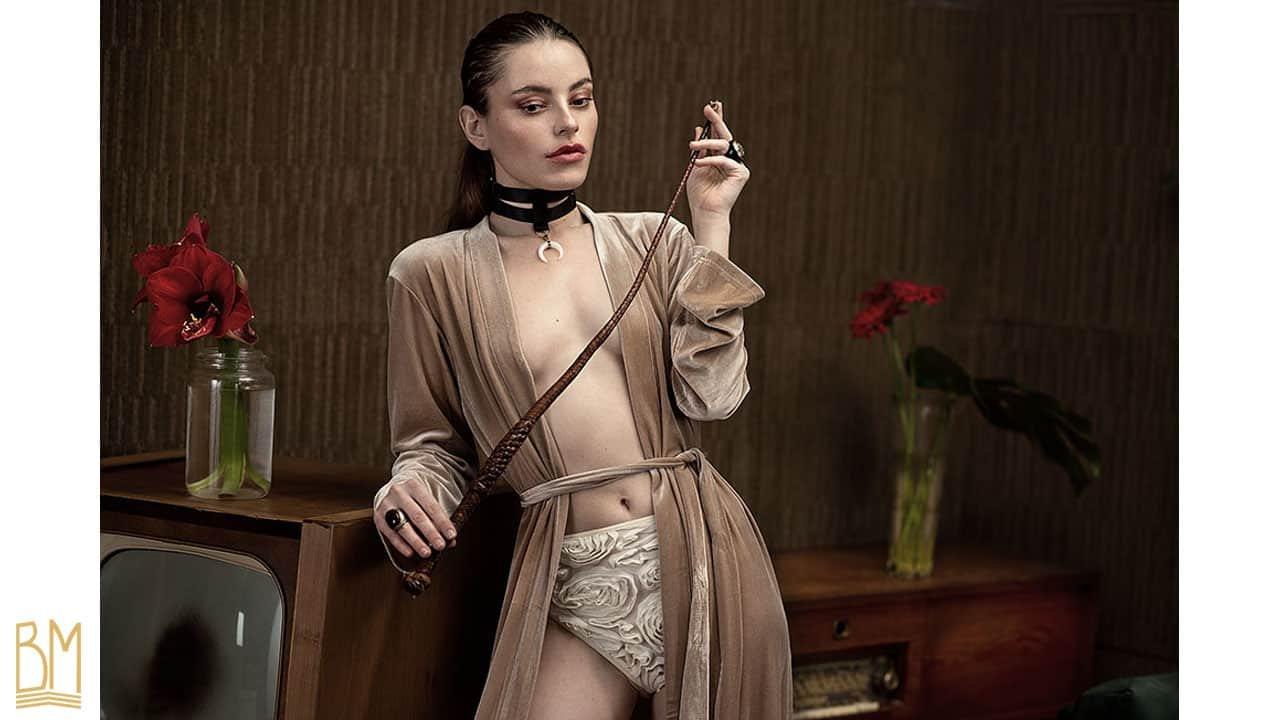 Fiona Valinski pour Martial Lenoir avec Brigade Mondaine. La modèle porte un peignoir de la marque OW Intimates.