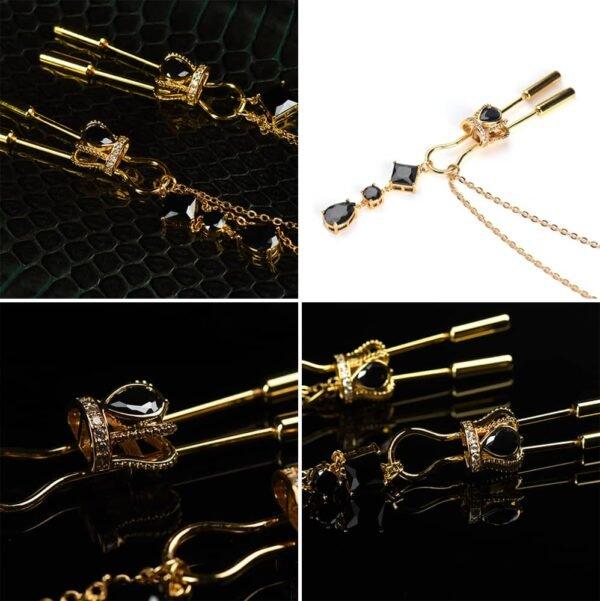 Pinces de téton couronne en or et cristaux noirs avec chaîne et pendants UPKO chez Brigade Mondaine