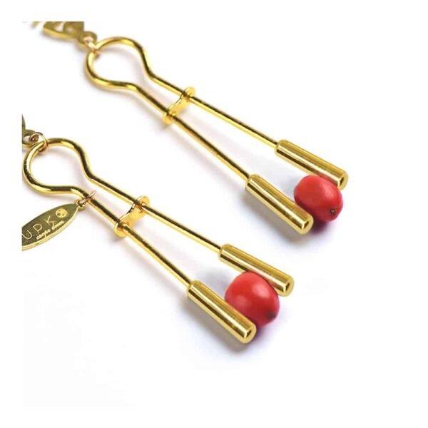 Abrazaderas de pezones de oro con cadena y colgantes UPKO en Brigade Mondaine