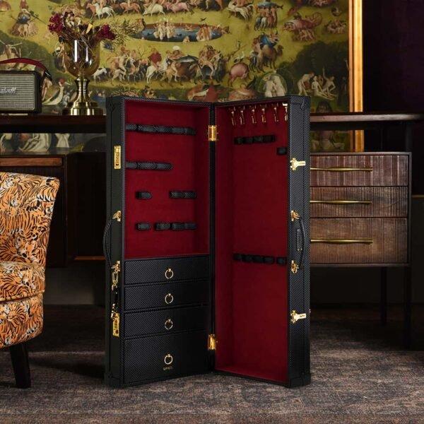 Mallette d'accessoires bondage et BDSM en velours rouge et cuir noir fait à la main, incluant tiroirs et fermeture sécurisée à code UPKO chez Brigade Mondaine