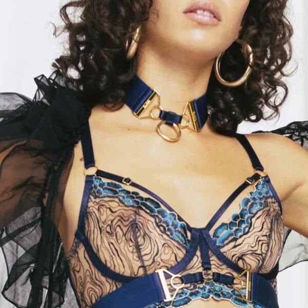 Soutien-gorge en dentelle bleu collection REY de BORDELLE avec élastique satinée et détails or 24K chez Brigade Mondaine