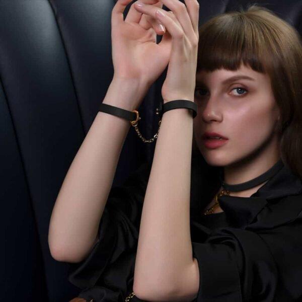 Тонкий черный кожаный браслет с 24-каратным золотым наручником на 1ТП5Т.