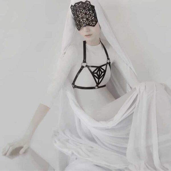 Máscara y arnés de cuero vegetal negro con patrones de piel triangulares en Brigade Mondaine