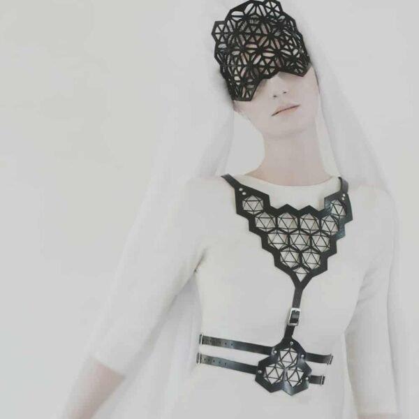 Máscara y arnés de cuero vegetal negro con patrones geométricos de piel en Brigade Mondaine