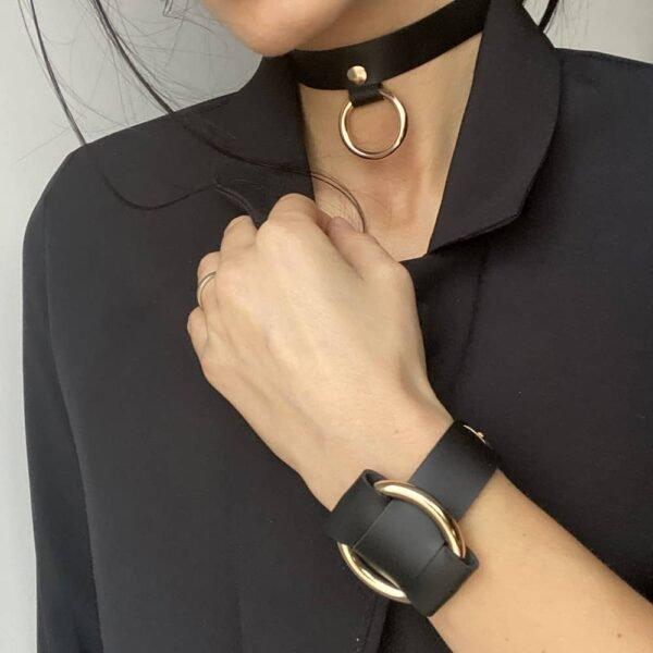 Чокер и АННА БРАЗЕЛЕТ в черной коже наппа с золотым металлическим кольцом от MIA ATELIER в BRIGADE MONDAINE.