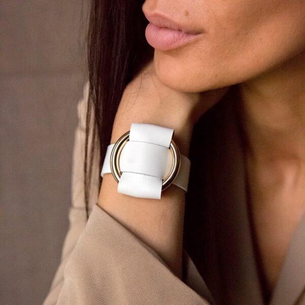 ANNA BRACELET en cuir Nappa Blanc, avec un large anneau en métal doré de MIA Atelier chez BRIGADE MONDAINE