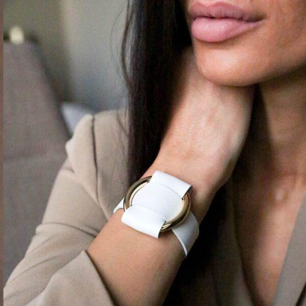 ANNA BRACELET en cuir Nappa blanc avec un large anneau en métal doré de MIA ATELIER chez BRIGADE MONDAINE