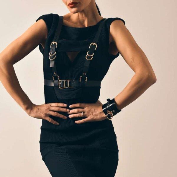 GLORIA HARNESS ajustable en cuir noir avec des finitions en métal doré, du créateur MIA ATELIER chez BRIGADE MONDAINE