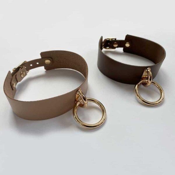 LUNA CHOKERS café y gargantillas de cuero beige ajustables, ambas con anillo de metal dorado de MIA ATELIER en BRIGADE MONDAINE