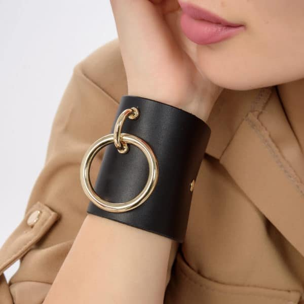 MARIA BRACELET в черной коже с большим золотистым металлическим кольцом от MIA ATELIER на BRIGADE MONDAINE