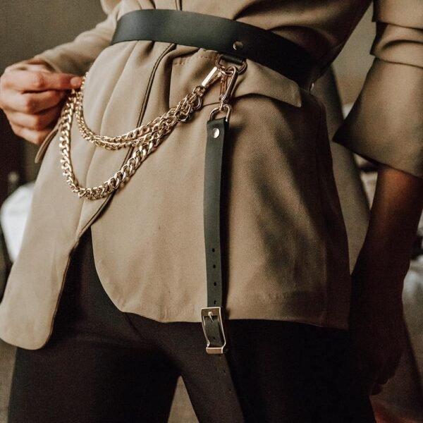 Cinturón MINA con cadena, en cuero negro con acabados metálicos dorados de MIA ATELIER en BRIGADE MONDAINE