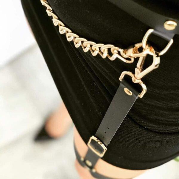 Cinturón MINA con cadena de metal dorado, en cuero negro con acabados de metal dorado de MIA ATELIER en la BRIGADA MONDAINE