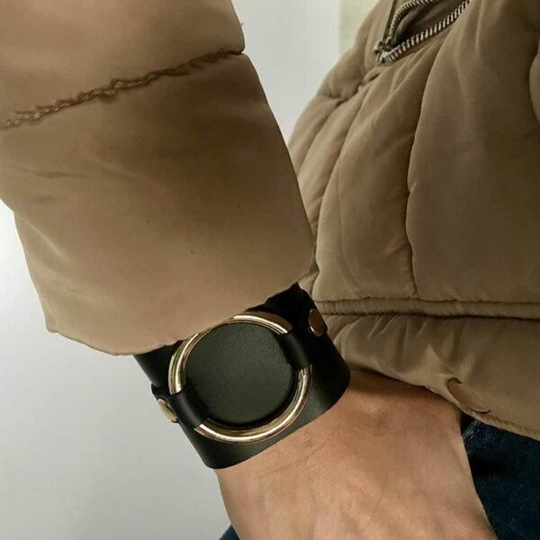 PETIA BRACELET из регулируемой черной кожи с широким кольцом на запястье дизайнера MIA ATELIER в BRIGADE MONDAINE.