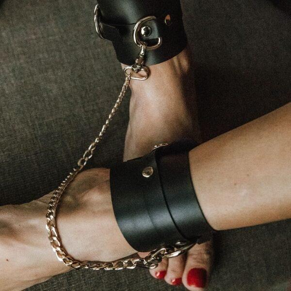 Регулируемые черные кожаные манжеты для лодыжек с серебряной металлической отделкой от MIA ATELIER в BRIGADE MONDAINE