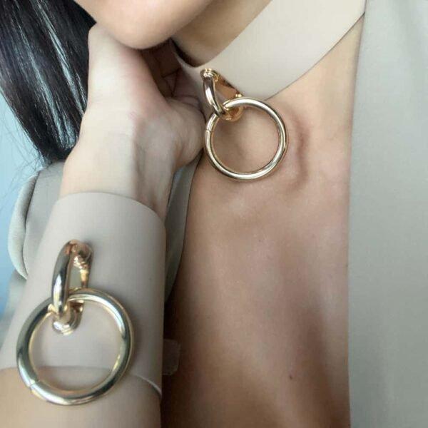 TESSA BRACELET в бежевой коже с большим золотистым металлическим кольцом от MIA ATELIER на BRIGADE MONDAINE