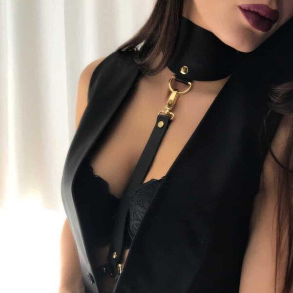 Воротник из черной кожи ZINA HARNESS с золотой отделкой от MIA ATELIER в BRIGADE MONDAINE
