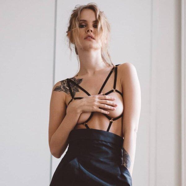 Игровой костюм Кейт от бренда Couture de nuit вдохновлен кабалами. Изделие изготовлено из черных бархатных эластичных материалов и позолоченных ползунков и колец. Центральное кольцо располагается на уровне пупка и собирает эластичность, размещенную по обеим сторонам тела. Изделие крепится к плечам при помощи ремней, а также содержит спинку эластичной, расположенной посередине. Для ягодиц эластичные вещества размещаются по бокам, образуя тангу с кольцом, расположенным на верхней части ягодиц, и перераспределяя восемь мелких эластичных веществ.