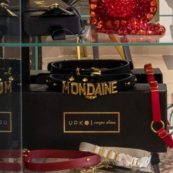 Chocker Upko x Brigade Mondaine noir en cuir italien avec les lettres en plaqué or 24 carats formant le mot Modaine.