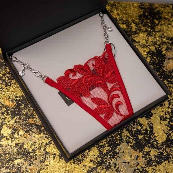 Стринги Lucky Cheeks из коллекции Love Story. Стринги красного цвета выполнены из цветочной вышивки и сетки. Она имеет подставку из серебряной ювелирной цепочки Zamac.