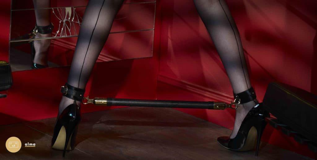 Le modèle porte une barre d'écartement de la marque The Model Traitor.