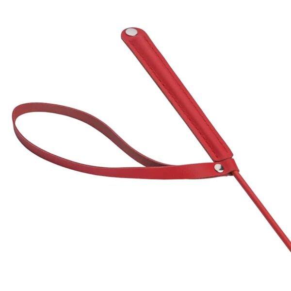 Красный кожаный хлыст с ремешком на плоской ручке и на кончике логотип Baed Stories